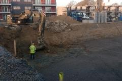 Der Bagger gräbt den  Keller für Haus 2 und 3